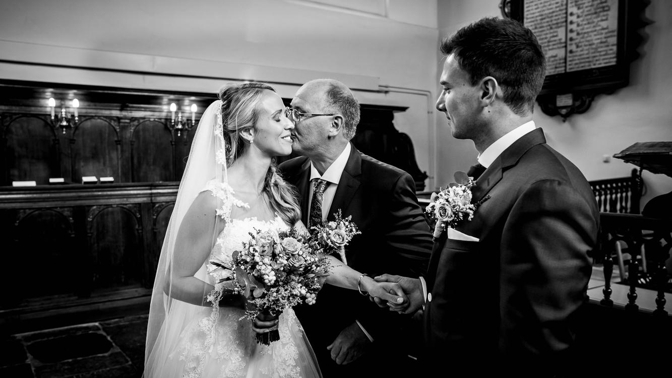 <p>Op een mooie nazomerse dag in oktober was het de trouwdag van Arianne en Corné. Dit leuke liefdevolle stel uit Bunschoten Spakenburg hadden van ons gehoord via familie en vrienden. Deze Bruiloft in Bunschoten Spakenburg begon vroeg. Toen Marian bij de bruid aankwam zat zij al in de make-up en […]</p>